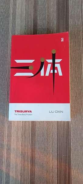 Novel Trisurya bestseller