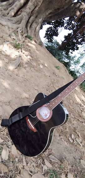 Guitar one year old brand glapton. Cash chalega no online payment . Pl