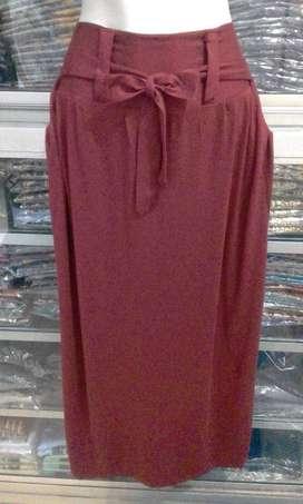 rok wanita marun