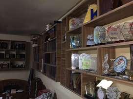 Plakat Fiberglass, kayu, akrilik dan cor logam.