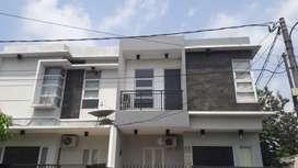 Rumah tingkat dihook di bulevard hijau