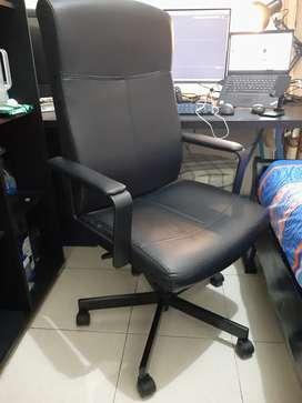 Kursi Kerja Produk dari IKEA(mirip kursi dipodcast deddy corbuzier)