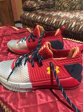 Dijual sepatu Under Armour warna merah silver uk42,5