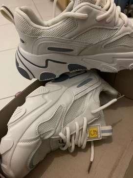 Sepatu sport pvn