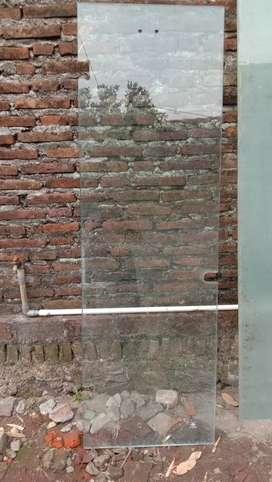 Kaca tempered bekas pintu