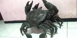 Replika kepiting raksasa bahan kuningan