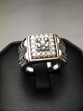 Cincin berlian putih dan berlian hitam