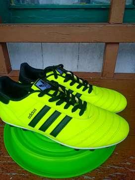 Sepatu sepak bola UK 40