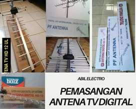 Teknisi Pasang Baru Antena TV digital