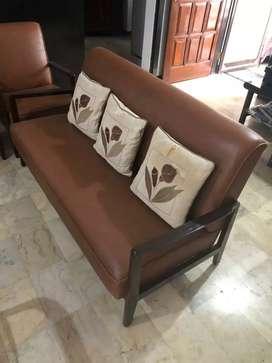 Sofa set antik dengan meja terbuat dari jati tua