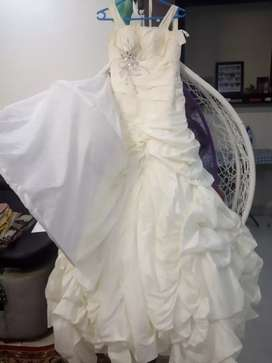 Wedding gown brought for 80,000 selling it for 30,000 negotiable.