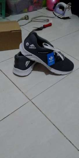 Sepatu adidas alphabonce