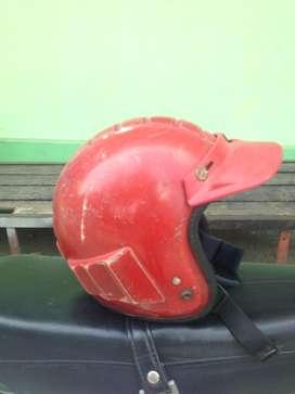 helm robot mata kucing merah
