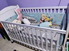 Tempat tidur bayi.