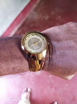 Round dail gold watch with date