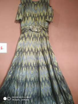 Dresses for rent and for minimum price and with jewellery