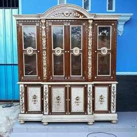 Almari hias pajangan motif ukir 4 pintu ful kayu jati finishing.