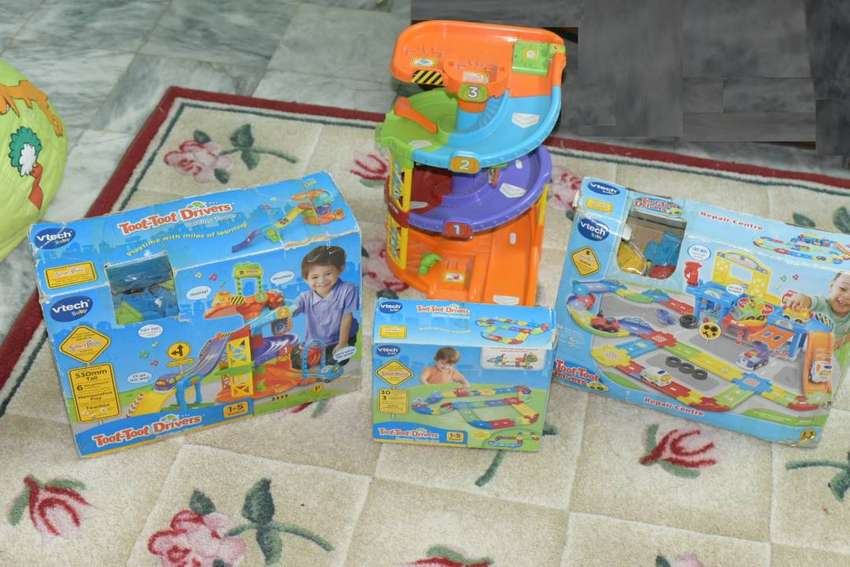 VTech Toot-Toot Drivers Parking Tower,Repair Center & Track Deluxe Set 0