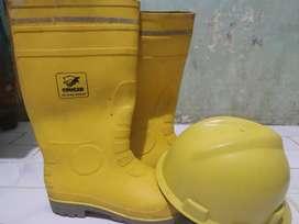Safety shoe dan helm proyek merek cougar