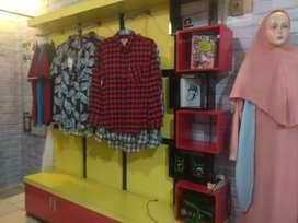 Perlengkapan toko, termasuk isi barang dan partisi  lemari