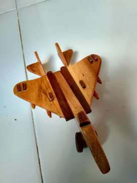 Miniatur kayu jenis pesawat tempur kecil dan besar