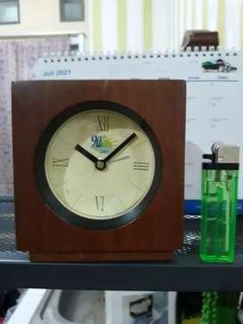 Jam meja jam weker bukan jam dinding