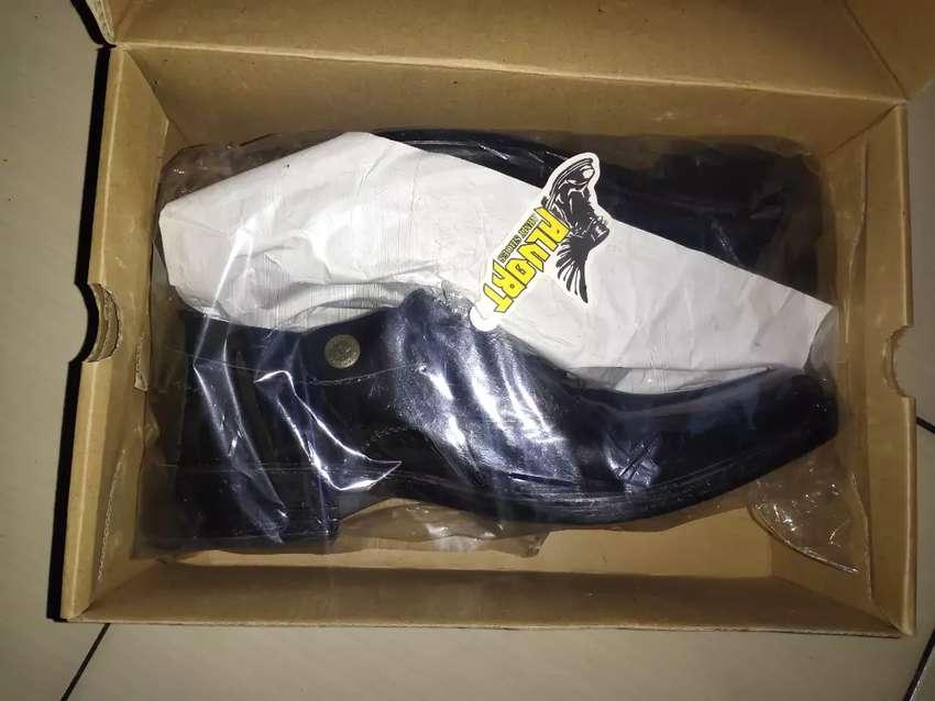 Sepatu baru dan bekas 0