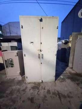 Lemari besi 2 pintu ( Plat Tebal )