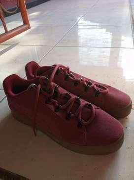 Sepatu puma kulit warna merah ukuran 42
