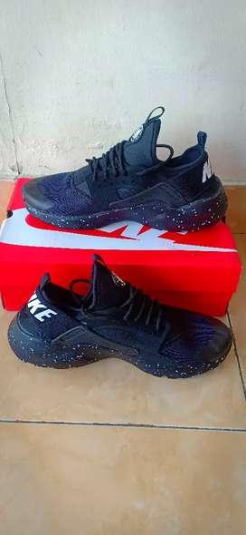 Sepatu Lari Warna Hitam Keren 2019