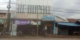 Rumah dan Toko Pinggir Jalan Raya