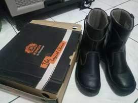 Di jual sepatu safety merek King's buka kotak