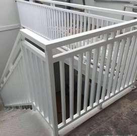 Mengerjakan pemasangan pagar motif sesuai selera konsumen