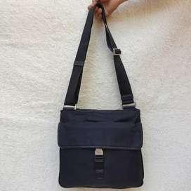 Prada hitam nylon mix kulit asli selempang