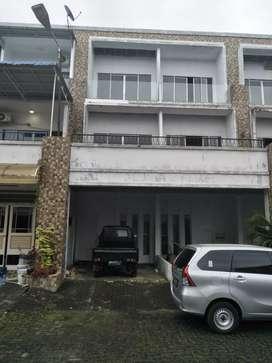 Rumah 3 Lantai Komp. Lacoste ( nuansa double decker) Sunggal Medan