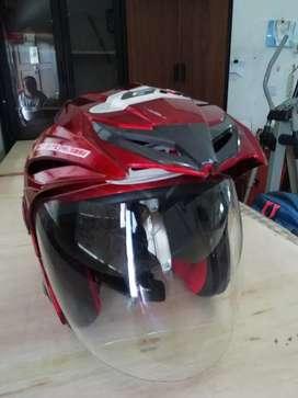 Helm GM warna merah.