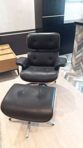 Eames Lounge chair with foot rest Black Leather & walnut wood finish