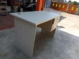 meja kerja komputer