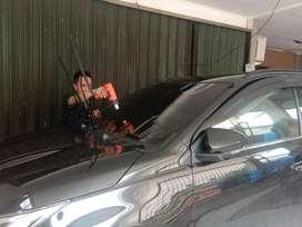 Pasang kaca film agar mobil aman dan keren