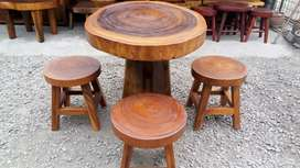 Kursi kayu buat di halaman rumah