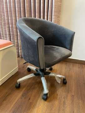 Suede chair in perfect condition with a lever to adjust the height