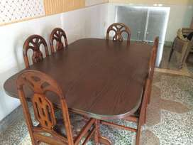 Dining table in lush condition