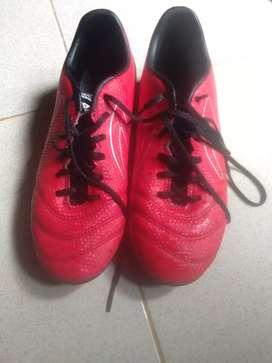 Sepatu sepak bola specs