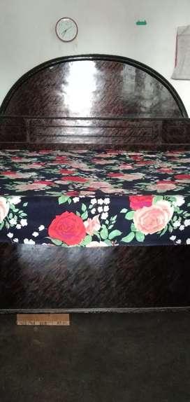 Bed aur dresser