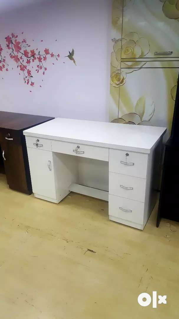brand new office table with full white glossy finish.. 0