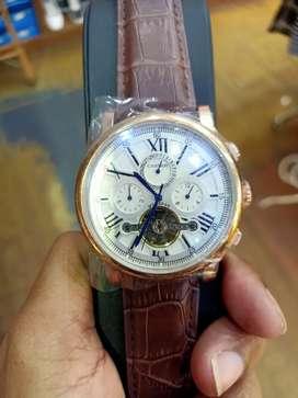 Di jual jam tangan otomatis  tali kulit dan  ada logo dan tulisan loh