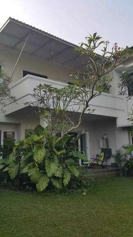Dijual rumah dengan halaman belakang luas di Cinere.