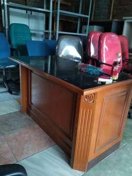 Meja kantor istimiwa
