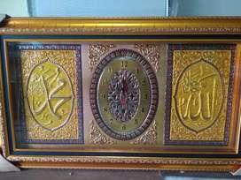Jam kaligrafi dari lempengan timbul
