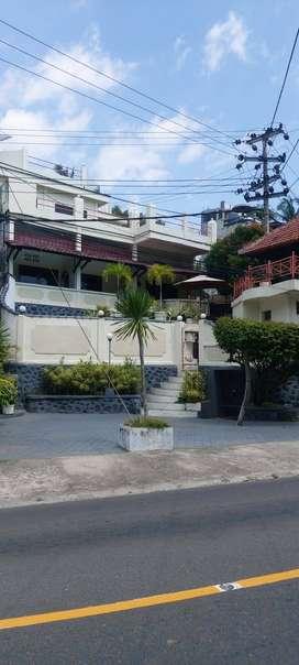 Villa di pinggir jalan raya Senggigi